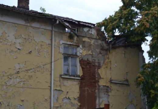 Покривът на старинна сграда в Ловеч се срути
