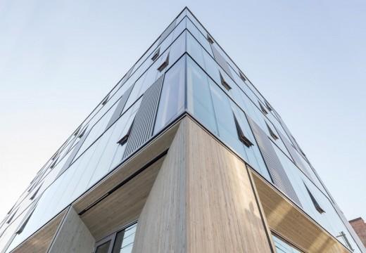 Сграда от стъкло и дърво