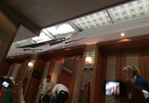 Падна част от стъкления покрив на Шератон