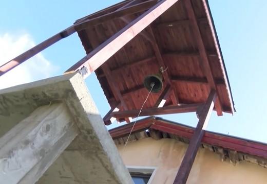 Мюсюлмани укрепват камбанария на християнска църква