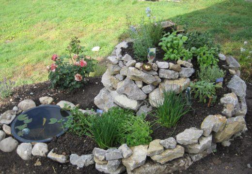 Вертикална спираловидна градина за цветя и билки
