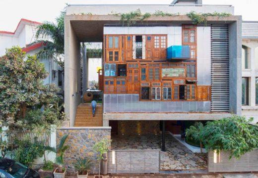 Цветна фасада от рециклирани врати и прозорци