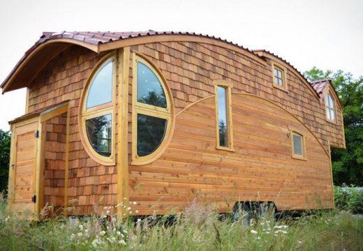 Фантастична дървена къщичка на колела