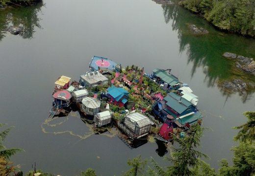 Семейство цял живот строи плаваща къща-рай