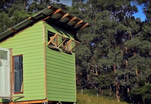 Как семейство си строи къщичка за 320 долара (видео)