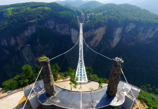Разходете се по най-дългия и най-високия стъклен мост (видео)