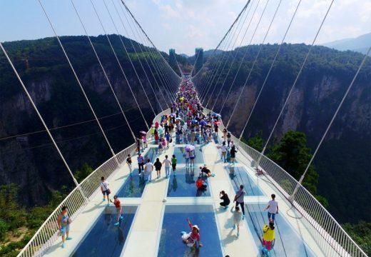 Най-дългият и висок стъклен мост в света затвори врати