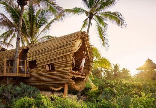 Дървесна къщичка от бамбук на плажа
