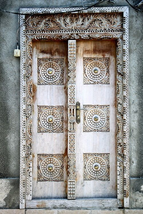 top-20-out-of-this-world-magical-door-designs-homesthetics-12
