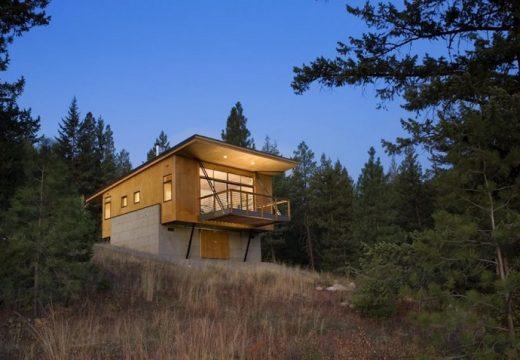 Колибка в гората с модерен дизайн
