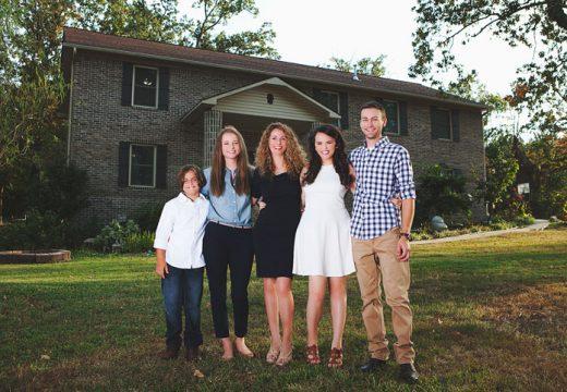 Майка на четири деца сама построи къща
