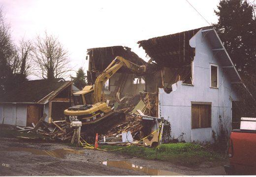 Продължава събарянето на незаконно строителство