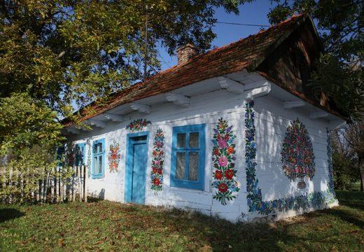 Китни къщички изрисувани с цветя