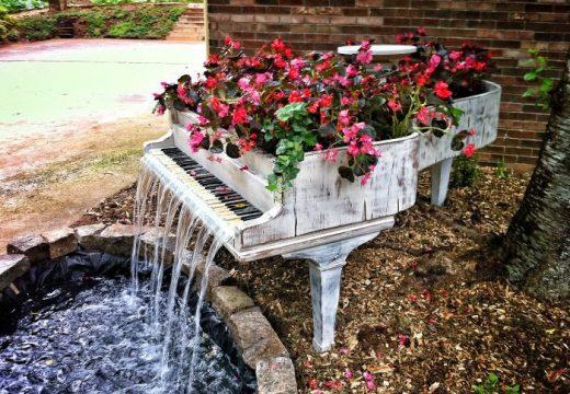 Старите мебели оживяват в градината