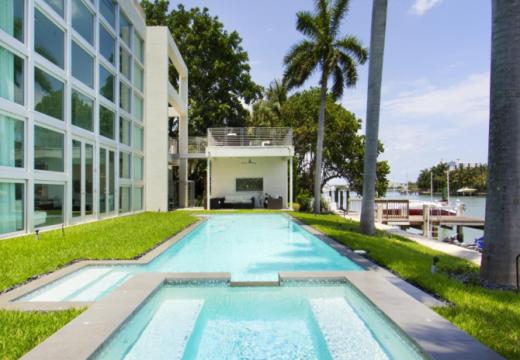 Рапър продава имение с басейн за акули и скейт парк на покрива