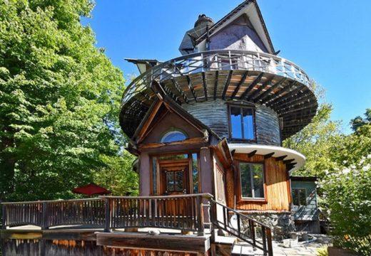 Дизайнер построи сюрреалистична къща-кула