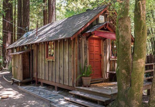 Малка приказна къщичка насред гората