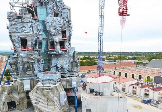 Нови снимки от засуканата кула на Франк Гери