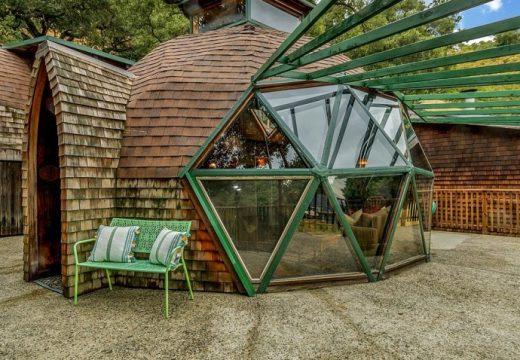 Семейство сами си правят куполна къщичка-рай
