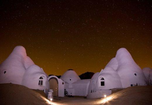 Жена живее в куполни къщички насред пустиня