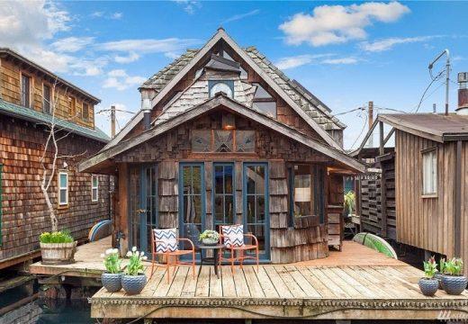 Дървена плаваща къщичка за романтични мечтатели