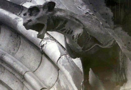 Катедралата Нотр Дам се руши (видео)