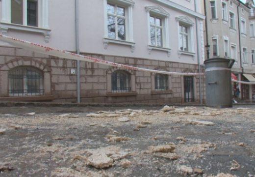 Мазилка от стара къща падна и рани жена
