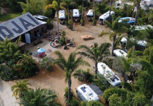 Хотел от каравани, палми и море :)