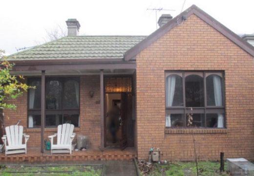 Старинна къща отпред, модерен дом отзад