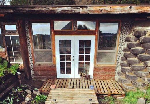 Двойка си построи къща от пръст, стари гуми и бутилки