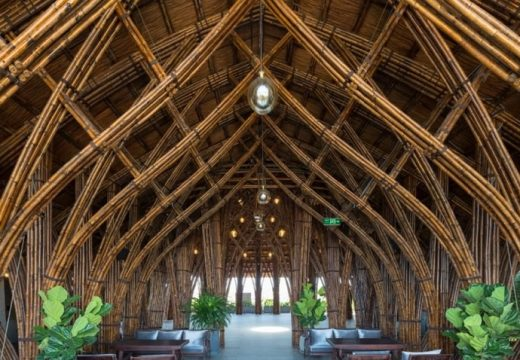 Бамбукови арки съживиха стара бетонна сграда