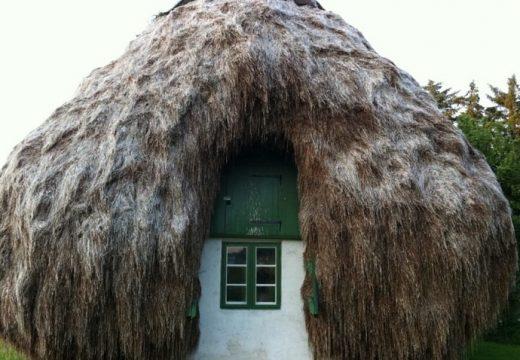 Старинна къща с покрив от водорасли
