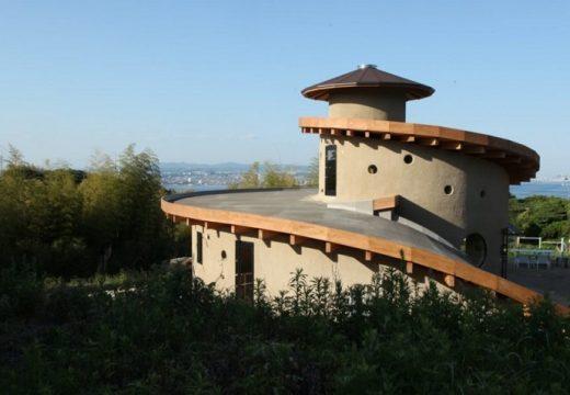 Спираловидна къща от пръст и глина