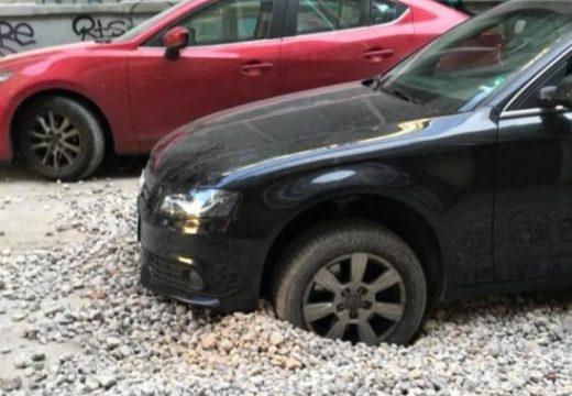 Кола пропадна в изкоп в центъра на София