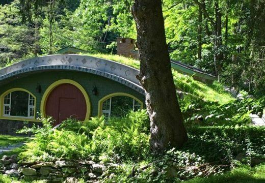 Мъж си построи енергийно ефективна хобитова къща
