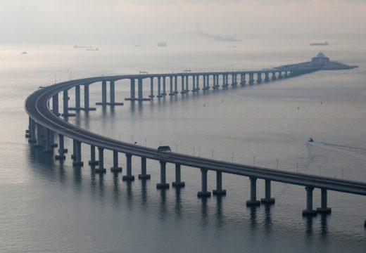 Китай отвори най-дългия мост на света (видео)