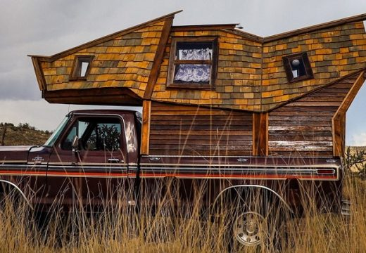 Учител построи мечтания си дом върху пикап