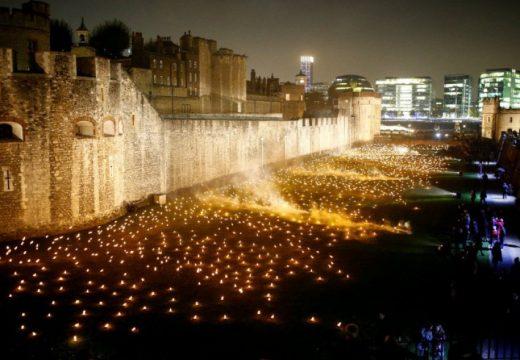 Хиляди факли озариха замък в Лондон