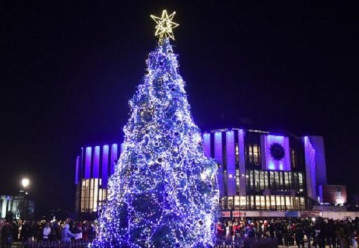 Коледната елха на София грейва в бяло и червено в парка на НДК