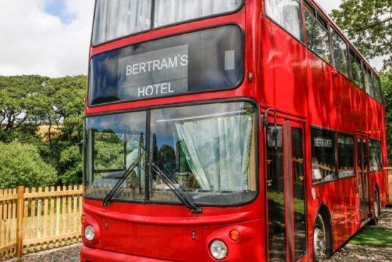 Стар английски автобус се превърна в ретро хотел