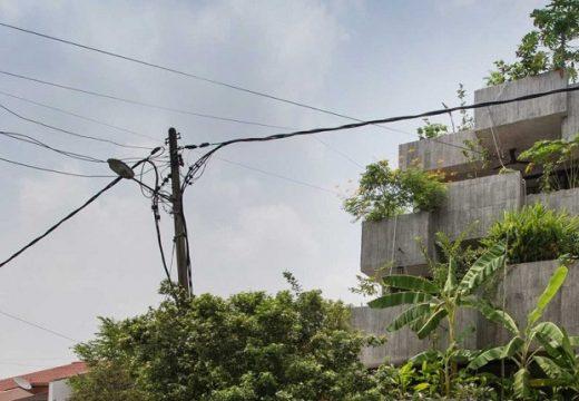 Пенсионери си гледат градина по фасадата на дома им