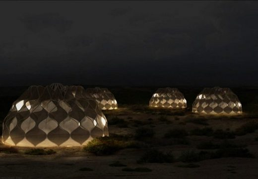 Тенти за бенжанци, които събират слънчева енергия и вода