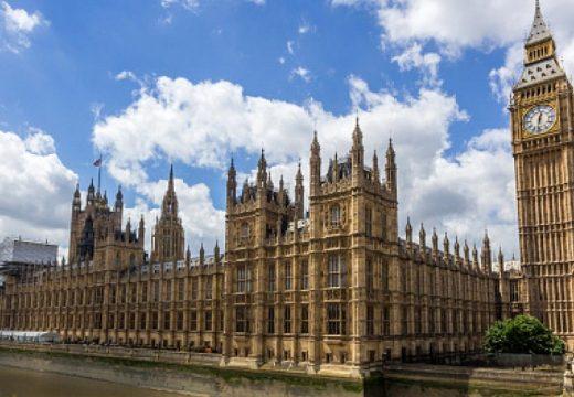Покривът на британския парламент протече