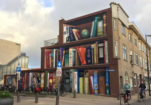 """Стена на сграда се превърна в """"етажерка"""" с любимите книги на собствениците"""
