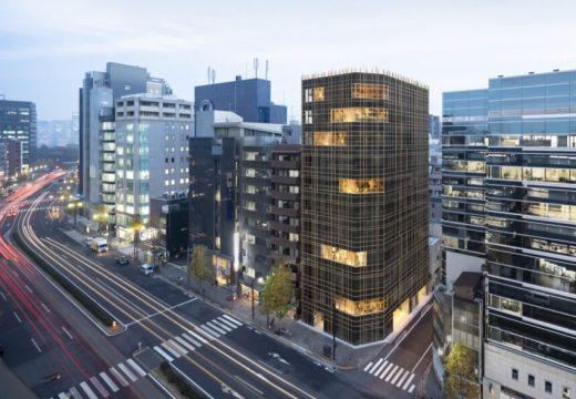 Офис сграда изпълнена със зеленина в Токио