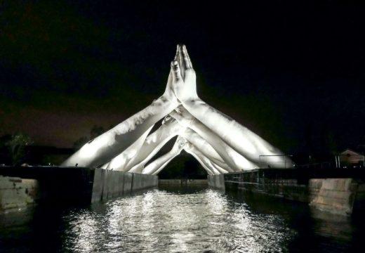 Най-новата скулптура във Венеция е мост от ръце (снимки)