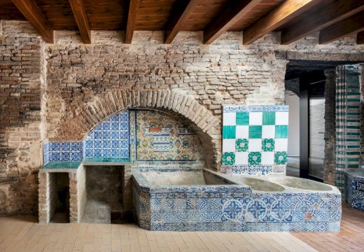 Отседнете в модерен хотел в древна глинена фабрика