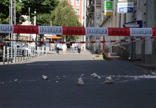 Огромно парче от фасада падна в центъра на София