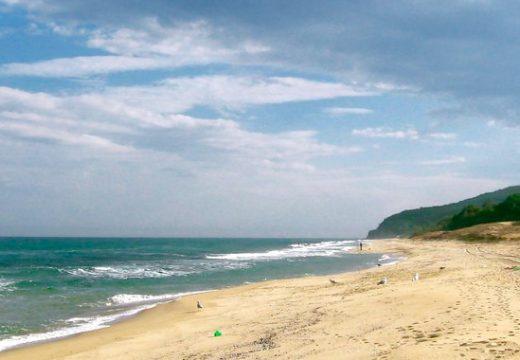 Плажът в Шкорпиловци се превръща в сметище