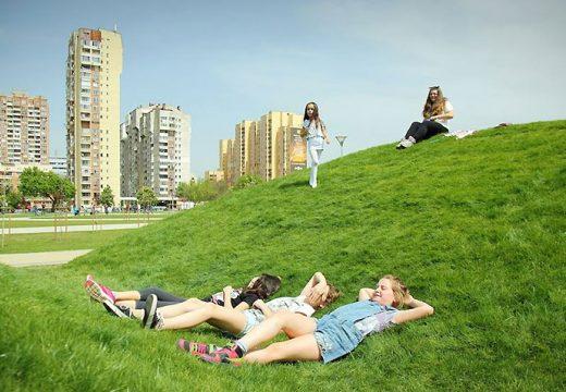 Озеленяват междублокови пространства в София